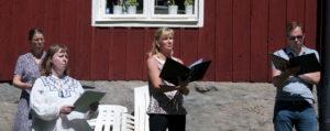 Kören sjunger vid Klockargården
